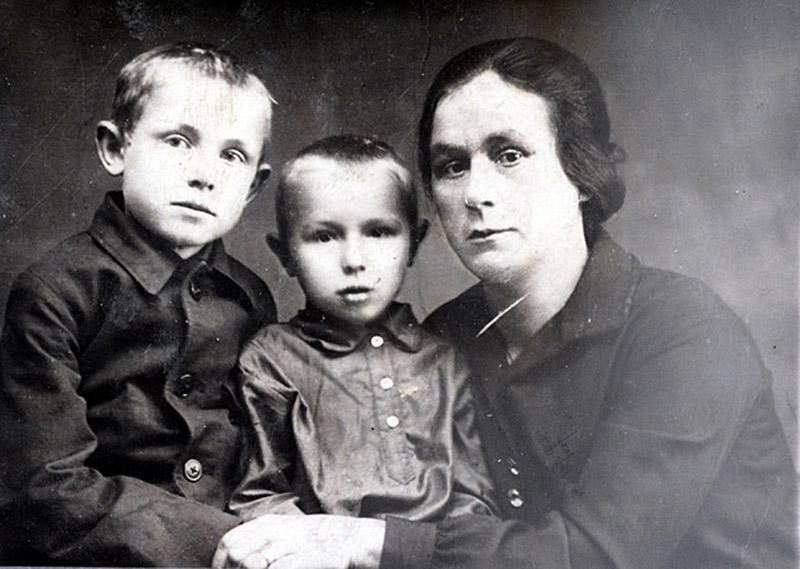Кеша Смоктунович (слева) с братом Володей и тетей Надеждой Петровной Чернышенко, 1930 /Фото onlyinfo.ru