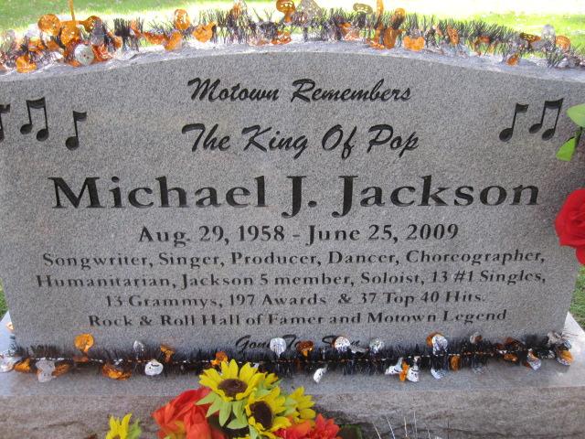 Памятный камень Майкла Джексона. Фото: findagrave.com