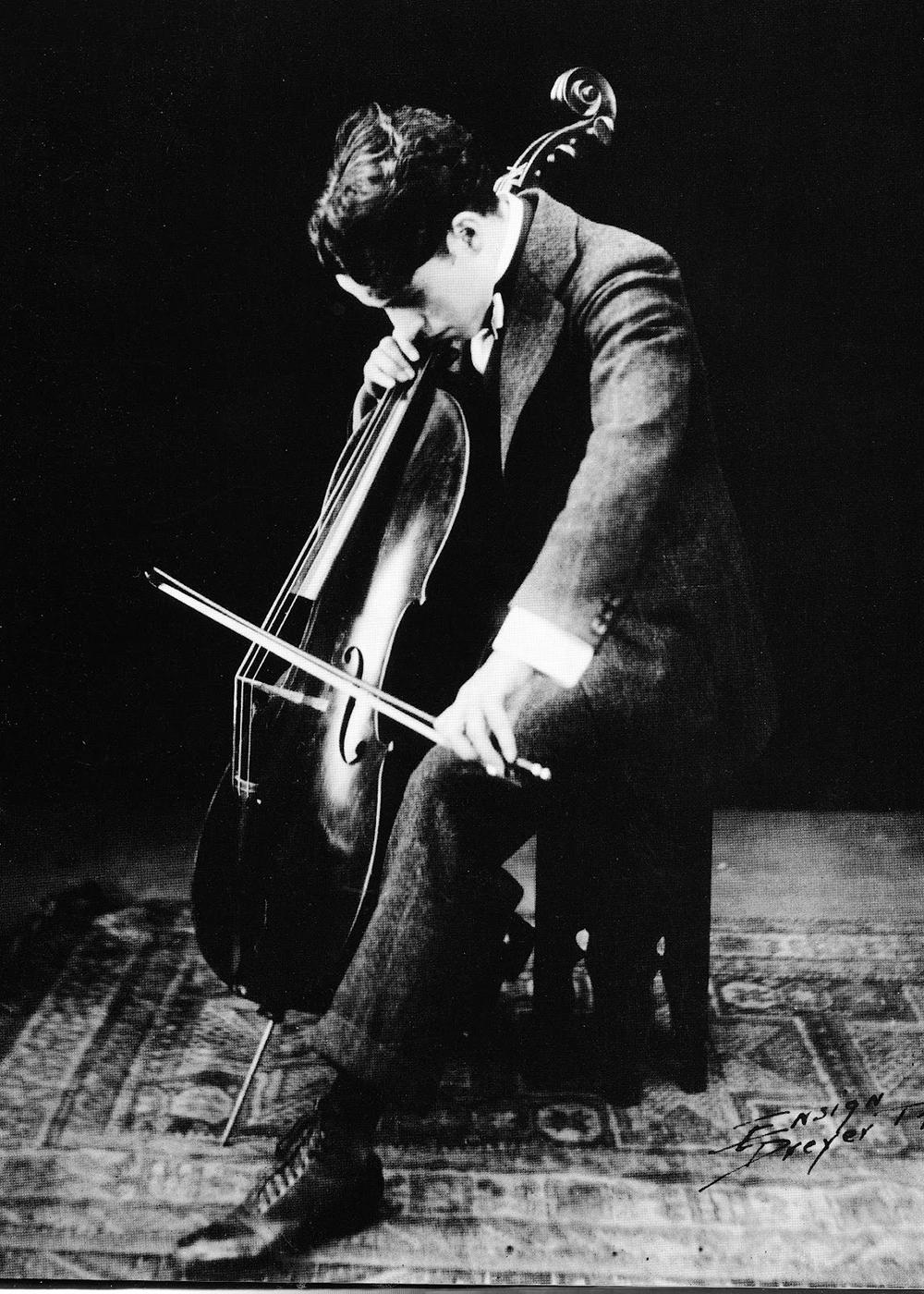 Чарли Чаплин играет на виолончели, 1916 год/ Фото с сайта chaplinfortheages.tumblr.com