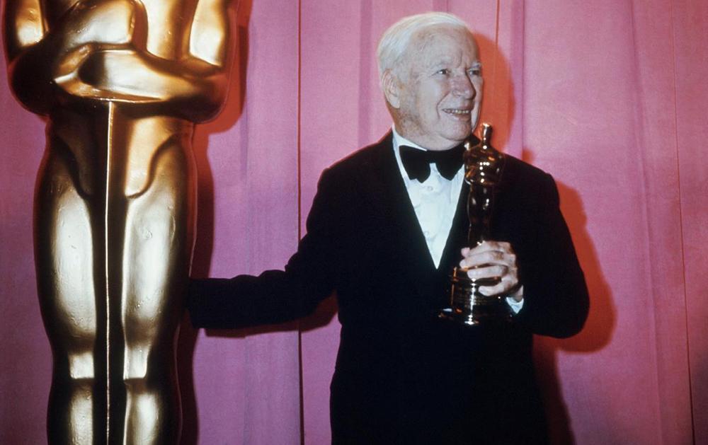 Чарли Чаплин после церемонии вручения премии «Оскар» в 1972 году/ Фото с сайта: nydailynews.com