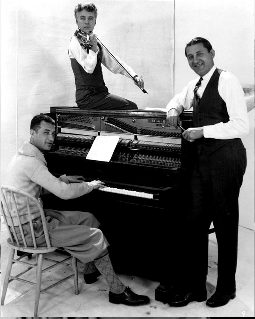 Гас Арнхейм (за пианино), Чарли Чаплин (со скрипкой) и Абе Лиман/ Фото с сайта